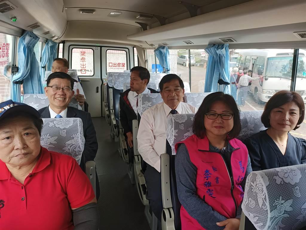 貴賓們一起試乘幸福巴士。(張晉銘攝)