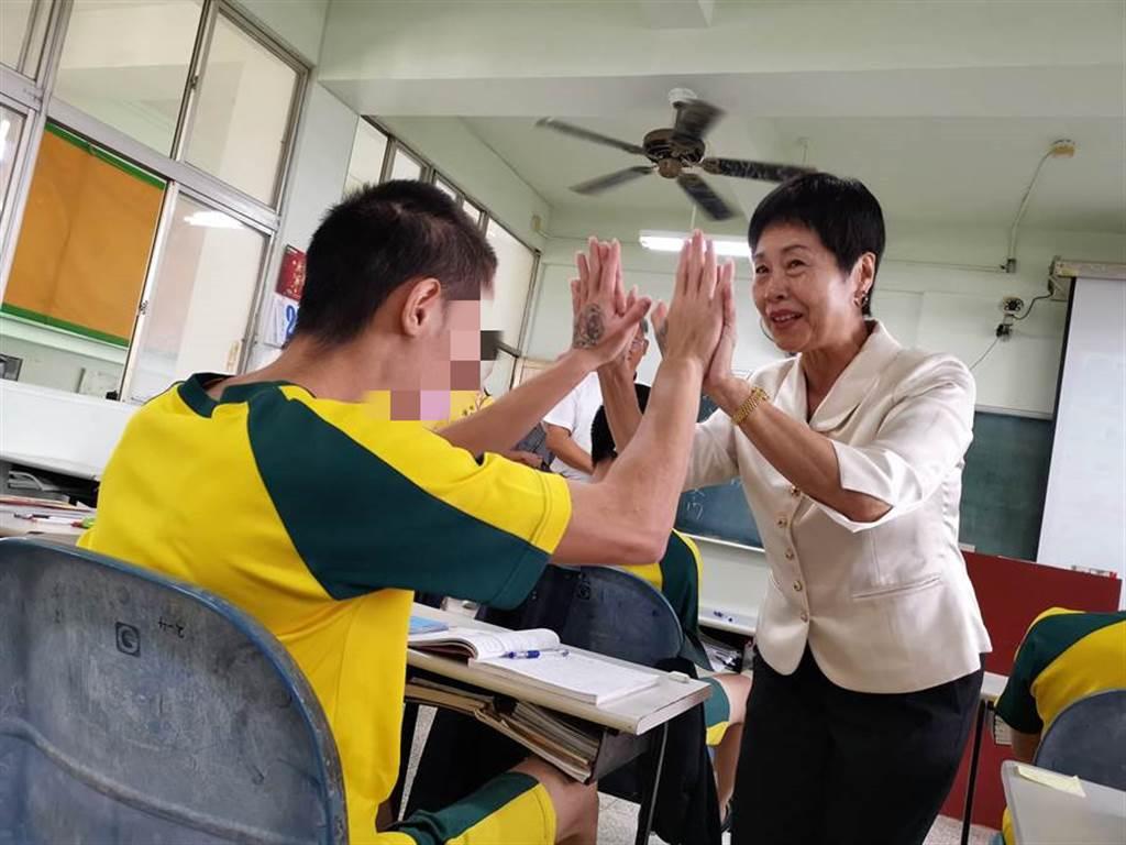 田中鎮長洪麗娜也與所有同學擊掌,希望孩子在未來的人生道路上,不要忘了還有田中洪阿姨愛他們,以後在路上看到她要跟她大喊「我愛你」。(吳建輝攝)
