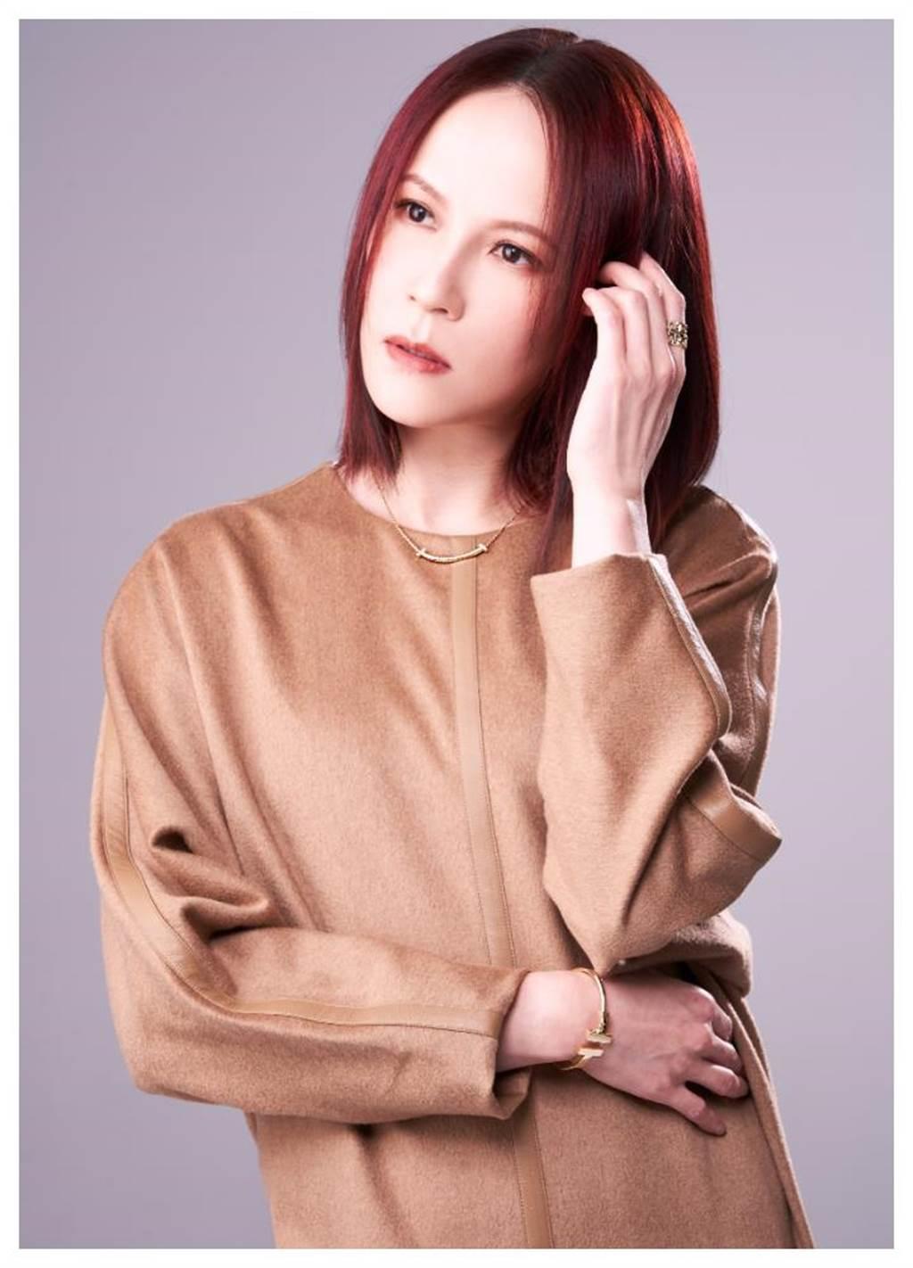 楊乃文自謙「不美麗但還OK」,新專輯《愈美麗愈看不見》對美有一番新見解,佩戴Tiffany & Co.暢銷「Tiffany T」系列珠寶,展現個性美。(JOJ PHOTO攝,服裝提供/MaxMara)