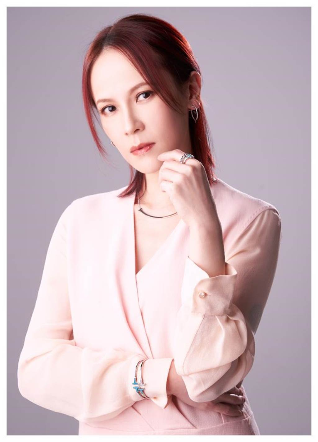 楊乃文佩戴Tiffany & Co.暢銷「Tiffany T」系列珠寶,項鍊的微笑曲線,流露剛中帶柔的女人味。(JOJ PHOTO攝,服裝提供/MaxMara)