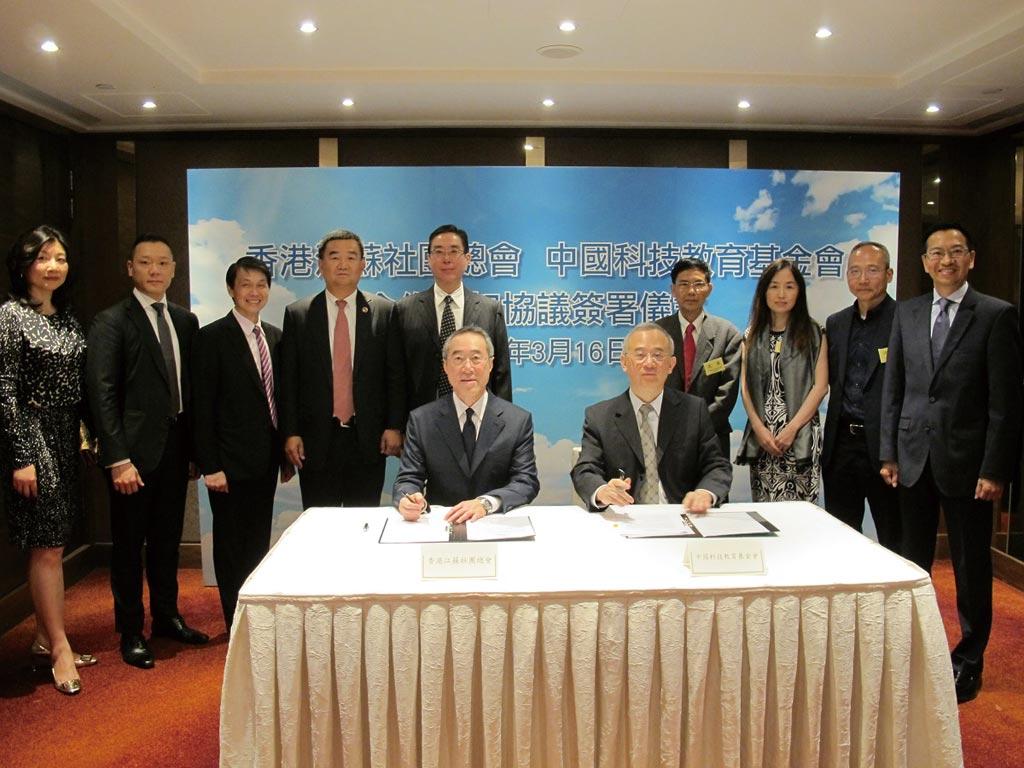 中國創新投資公司主席向心(右五)、龔青(右三)夫婦。(摘自網路)