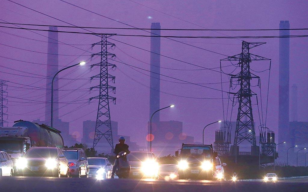 傍晚下班時刻,台中火力電廠附近常常是這樣霧茫茫。(本報資料照片)