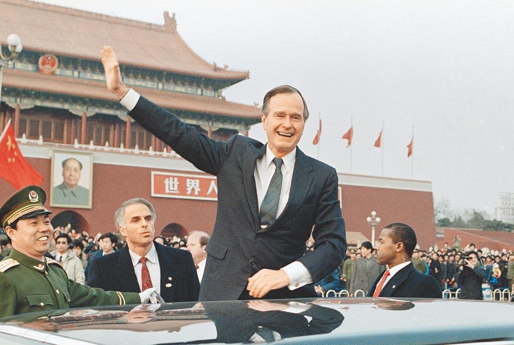 老布希在1974至1975年間曾擔任美國駐北京聯絡處主任,當時美陸尚未建交。(美聯社)