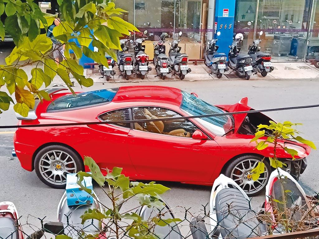 40歲林姓男子26日下午3時許,駕駛千萬元以上法拉利行經新北市新莊區福營路,車輛突然衝至對向車道,撞擊2輛迎面而來的機車,2騎士當場彈飛。(翻攝照片/戴上容新北傳真)