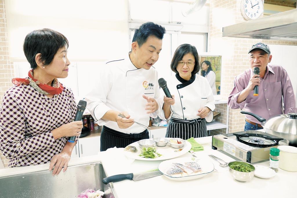 新北市衛生局長陳潤秋(右二)26日與型男大主廚吳秉承(左二)在社區營養推廣中心,以在地食材為長者示範菜餚。(葉書宏攝)