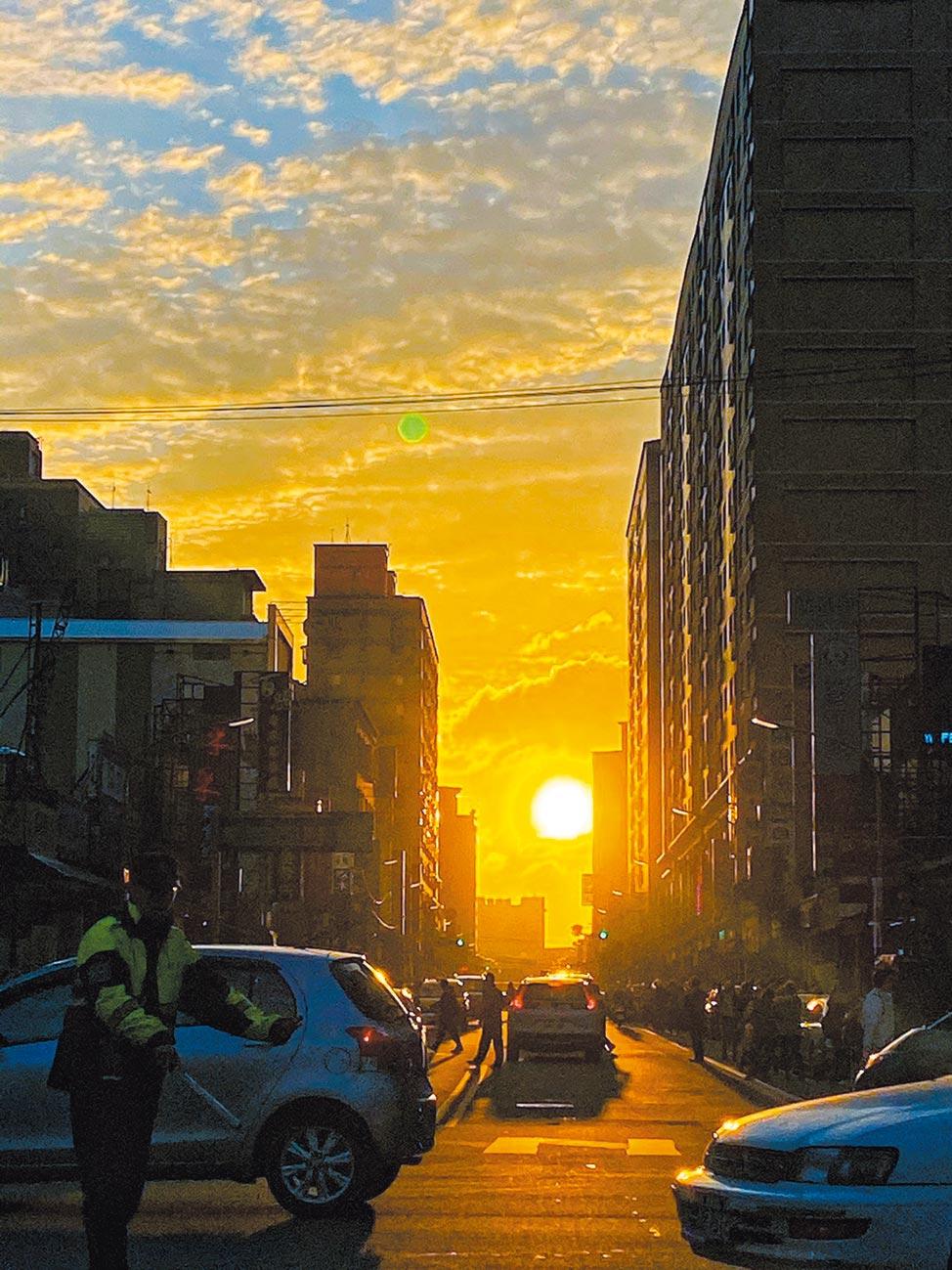 絕美「曼哈頓懸日」26日到29日在桃園區南平路上演,首日吸引逾300民眾爭相搶拍,與車爭道險象環生,桃警出動18名警力疏導交通。(蔡依珍攝)