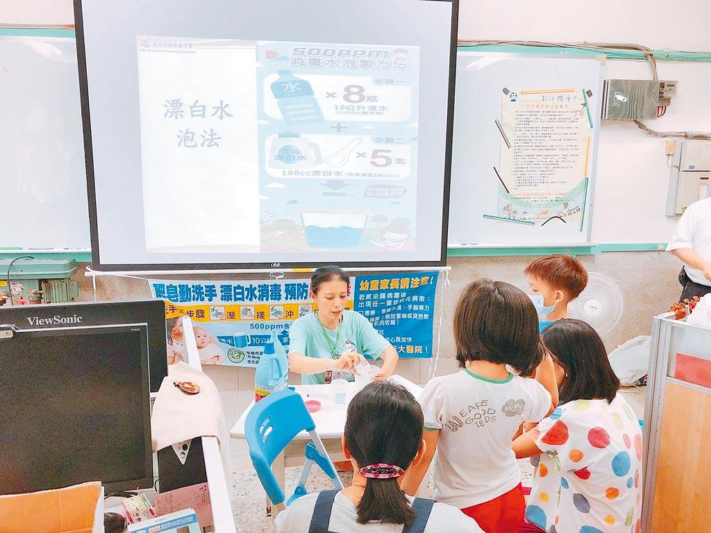 台南市傳出今年首起腸病毒感染併發重症死亡病例,圖為衛生所在幼兒園宣導防治腸病毒,與新聞人物無關。(台南市政府衛生局提供/曹婷婷台南傳真)