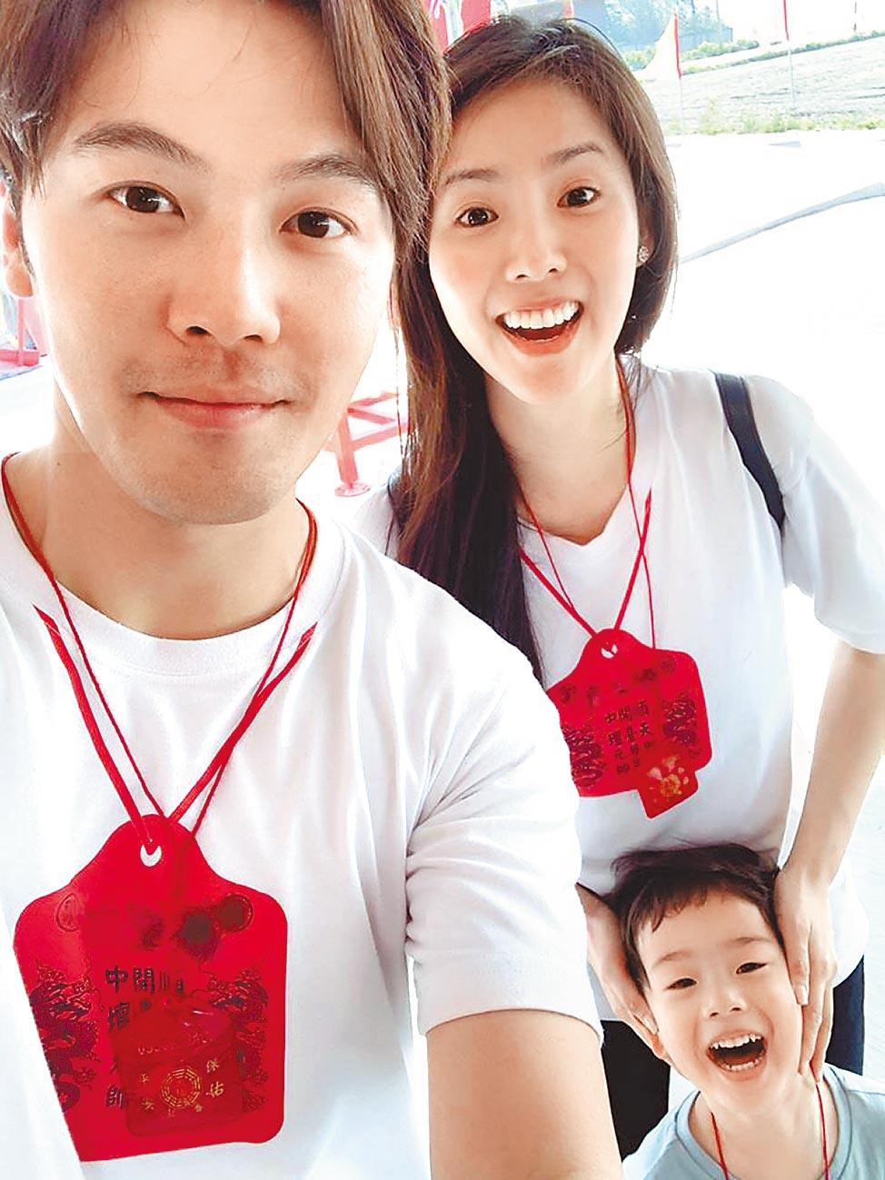 黃文星(左)和老婆育有4歲的兒子「小星」,一家3口幸福美滿。(摘自黃文星臉書)