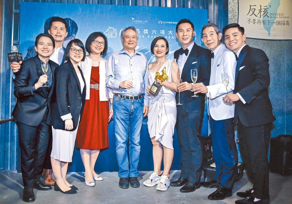 李安(中)出席電影《熱帶雨》金馬慶功宴,與台北市電影委員會總監饒紫娟(左四)、新加坡電影委員會代表Kristin(左三)同框。(陳俊吉攝)