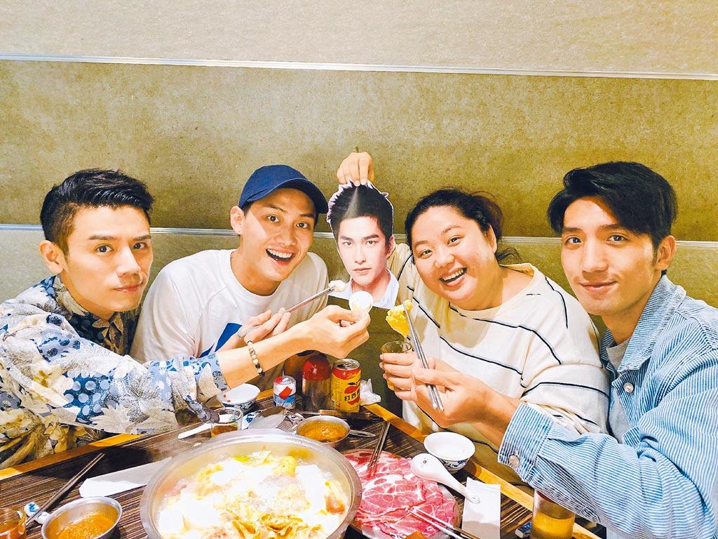 邱志宇(左起)與一起入圍新演員的范少勳、蔡嘉茵、原騰相約吃火鍋。(海鵬提供)