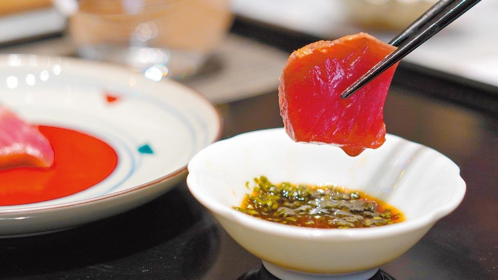 「鰹魚稻草燒」關鍵在於選用到品質極佳的鰹魚。(何書青攝)