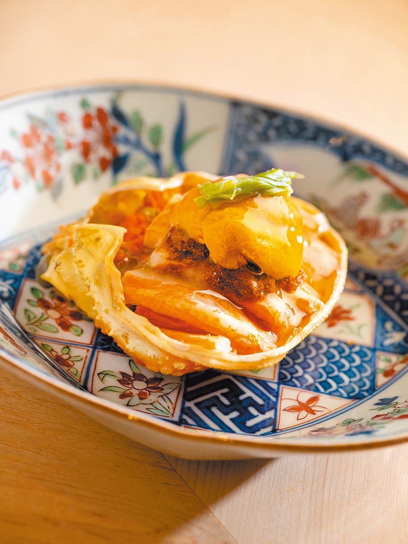 「海膽香箱蟹」以母松葉蟹及北海道的鹽水海膽,搭配出奢華美味。(文華精品提供)
