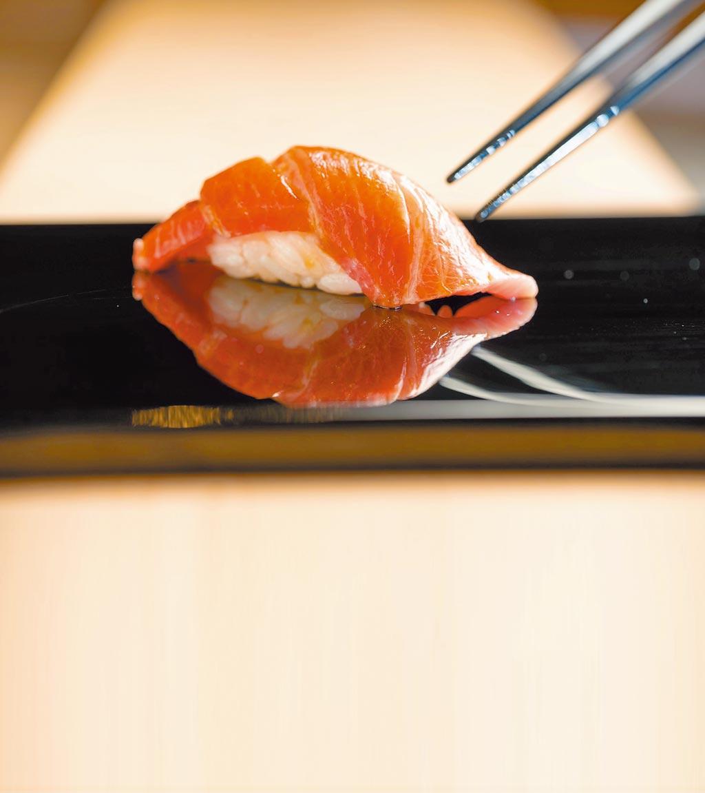 「鮪魚上腹」用大間黑鮪魚製成,口感軟嫩鮮甜。(文華精品提供)