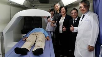 全國首發檢測省千元 彰化衛生局骨質密度篩檢車巡迴