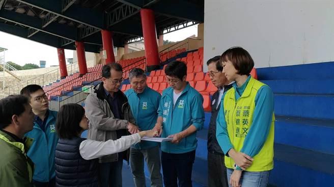 體育署副署長王水文(右5)呼應改善工程包括籃球場加裝風雨屋頂。(蔡適應提供/許家寧基隆傳真)