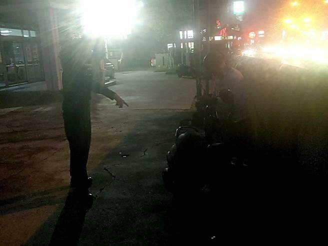 邱姓民眾機車在海寮派出所附近拋錨,警員陳志華載他搭末班火車回家。(翻攝相片/劉秀芬台南傳真)