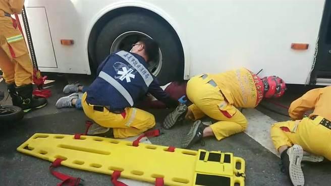 婦人被輾進嘉義客運BRT公車車底。(讀者提供/廖素慧嘉義市傳真)
