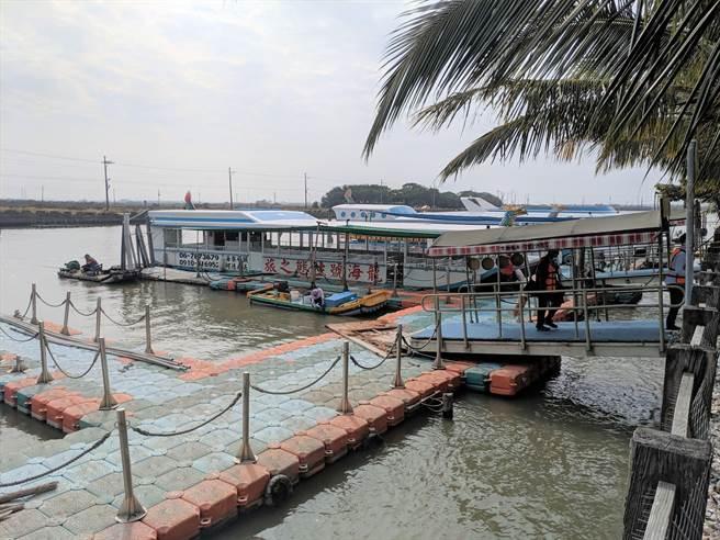 台南市政府農業局推廣七股生態旅遊,邀民眾前來搭乘漁筏遊潟湖,目前七股潟湖娛樂漁筏在4個碼頭共有15艘,由市府稽查及業者自主管理,深受遊客肯定。(莊曜聰攝)