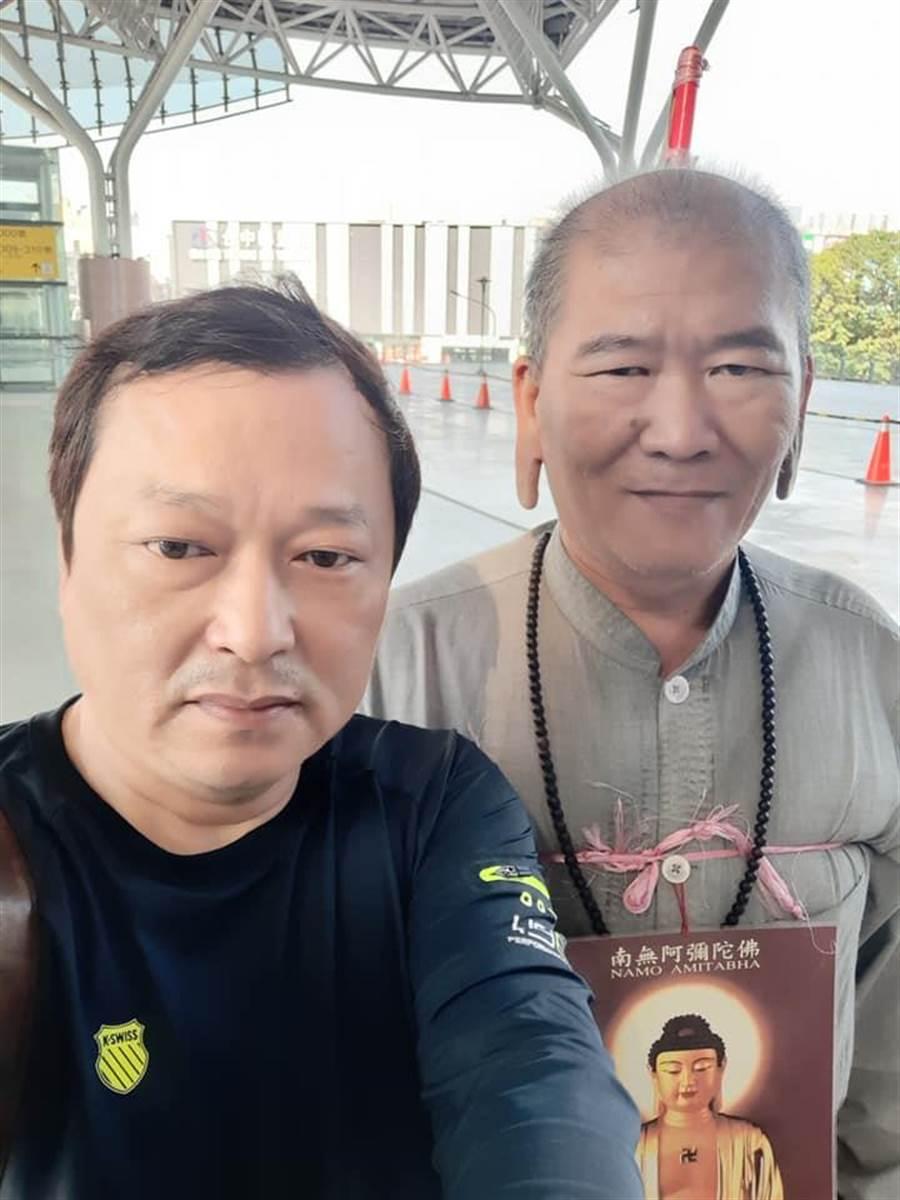 右邊這位鋼鐵庶民韓粉耳朵奇特,站著堅定挺韓國瑜引人矚目。(圖取自臉書)