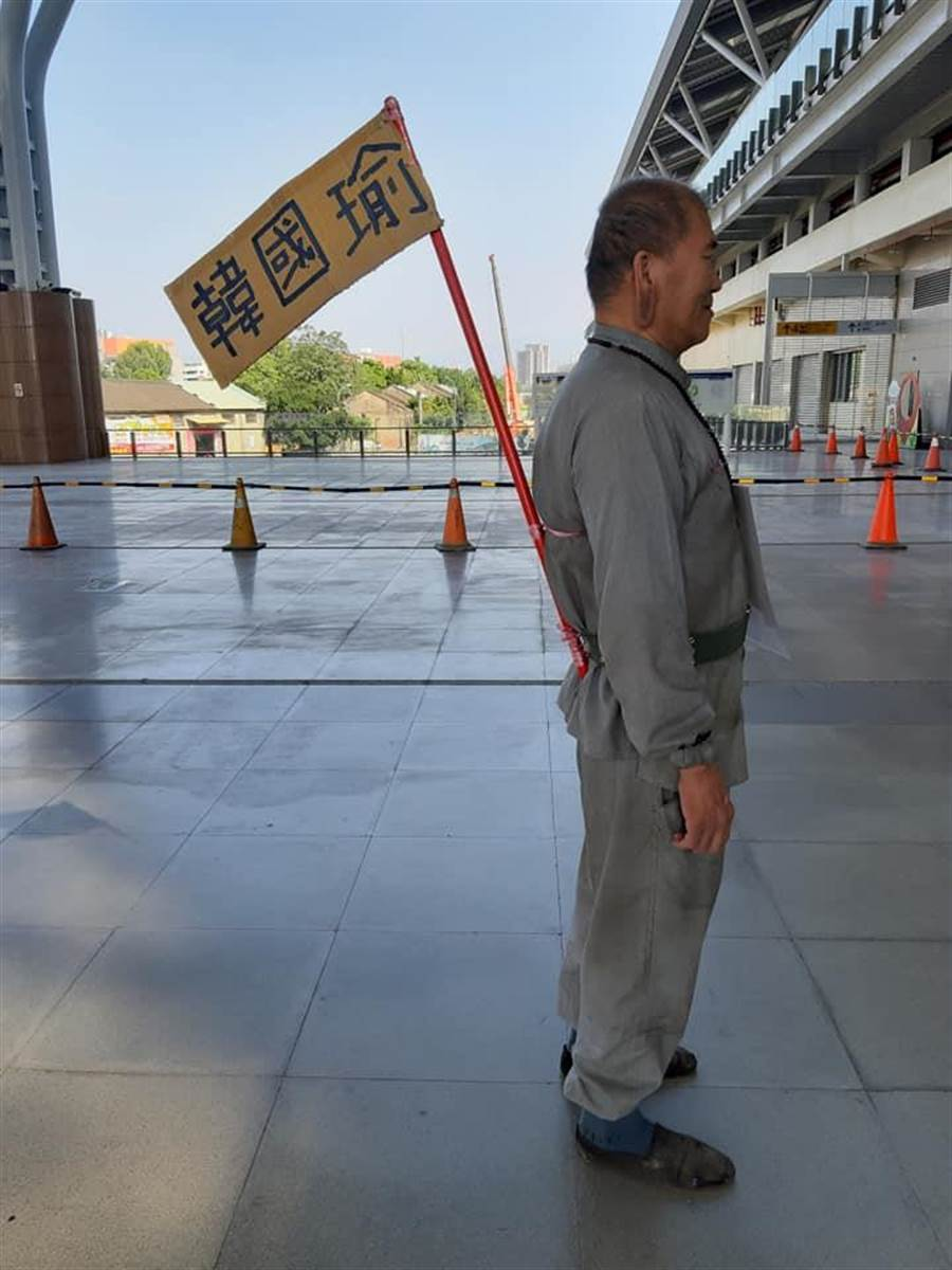 這位鋼鐵韓粉,自帶支持韓國瑜的旗子表態堅定挺韓。(圖/取自臉書)