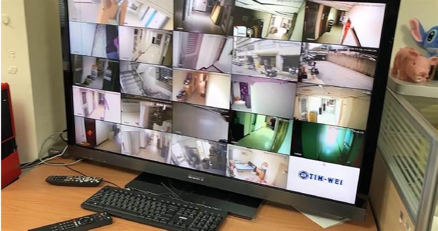 集團在機房內以電腦遠端監控賣淫女,若敢逃跑就會被逮回施以酷刑。(圖/翻攝畫面)