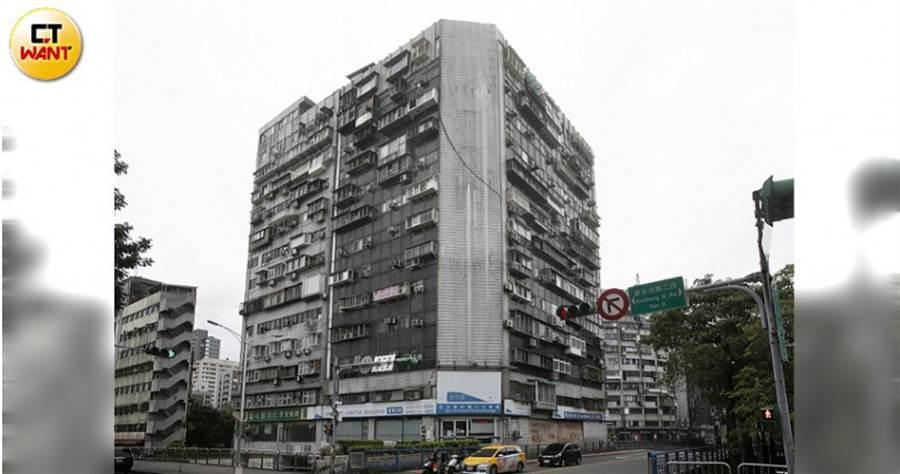 (圖/本刊攝影組)北市知名凶宅「錦新大樓」因租金便宜,被集團看上成了據點。