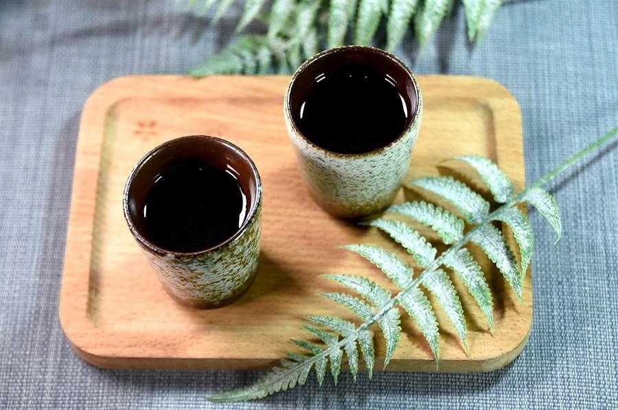Nobu演繹的〈飛魚乾/白蘿蔔清湯〉是用煙燻飛魚乾熬的高湯、白蘿蔔高湯,以及生蘿蔔汁3種湯汁共構,味道濃郁醇厚且極富層次。(圖/姚舜)