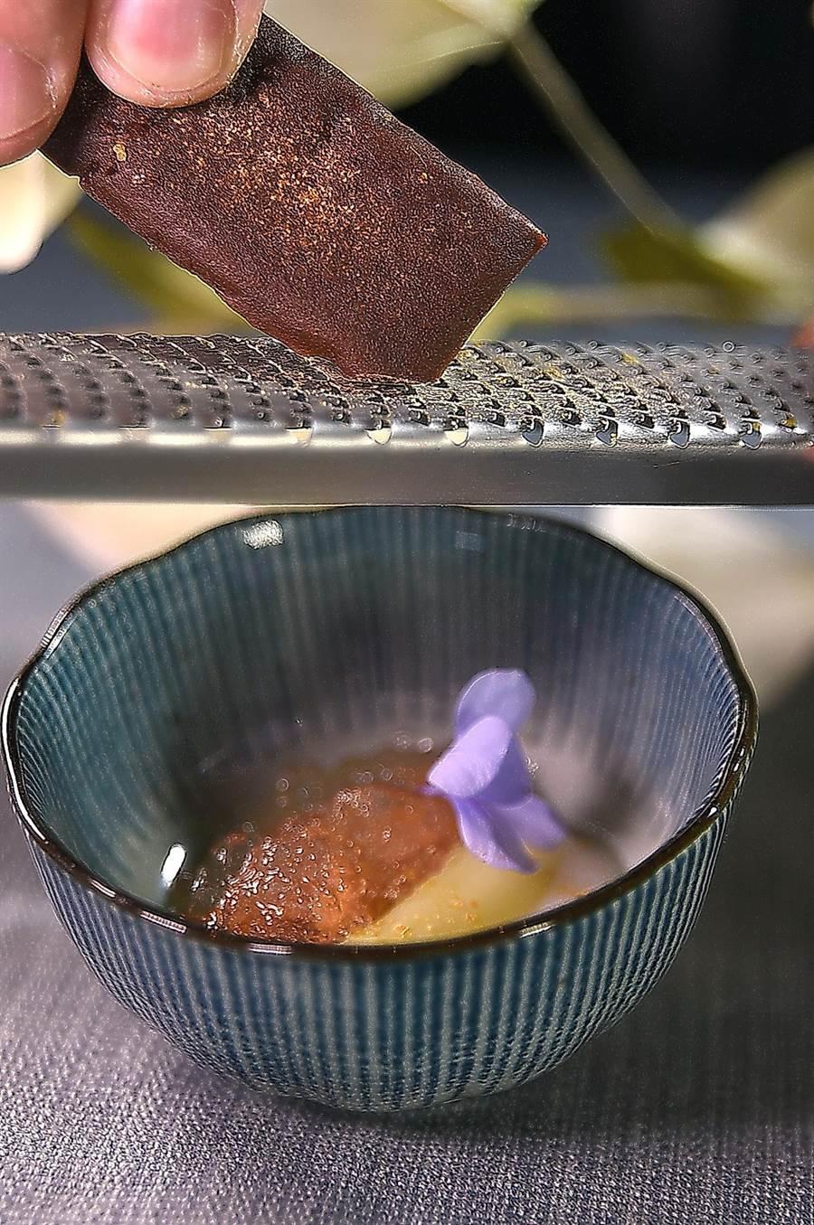 為了傳遞「海味」,〈白蘆筍/海膽〉上桌時會現刨JNobu自製的風乾海膽,使這菜入味更添鹹香。(圖/姚舜)