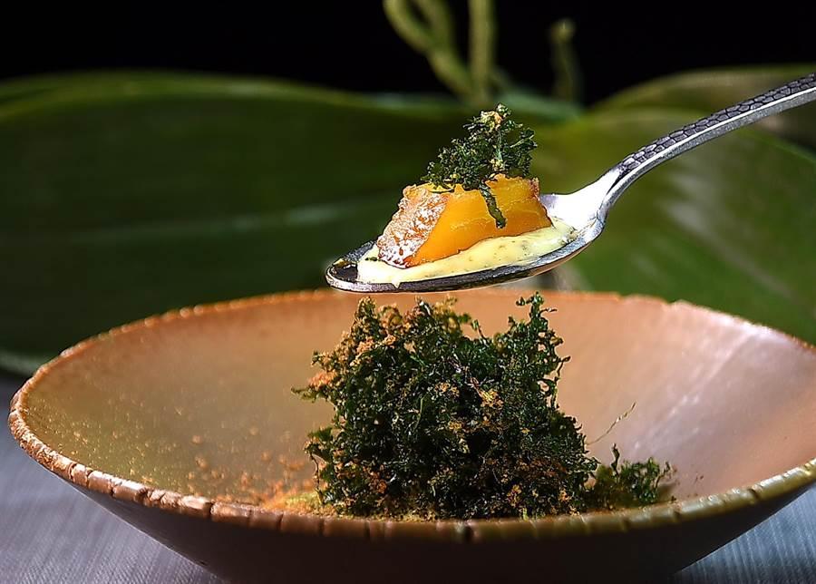 〈烏魚子/番薯/牛骨髓〉是用酥炸羽衣甘藍、用牛骨髓提味的菇泥,及龍眼蜜煮番薯一起呈現。(圖/姚舜)