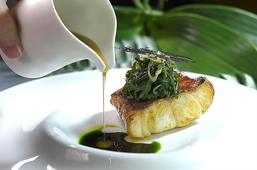 〈紅條/甲魚/過貓〉是將紅條魚先蒸煮過後炙烤,提味醬汁是用醇厚且湯質稠濃的的甲魚高湯和蒔蘿油調製。(圖/姚舜)