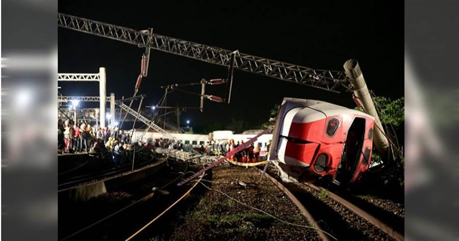 去年1021普悠瑪翻車,造成18死215傷的重大傷亡,罹難者家屬不滿調查報告含糊不清,希望政府能給他們一個真相。(圖/報系資料庫)