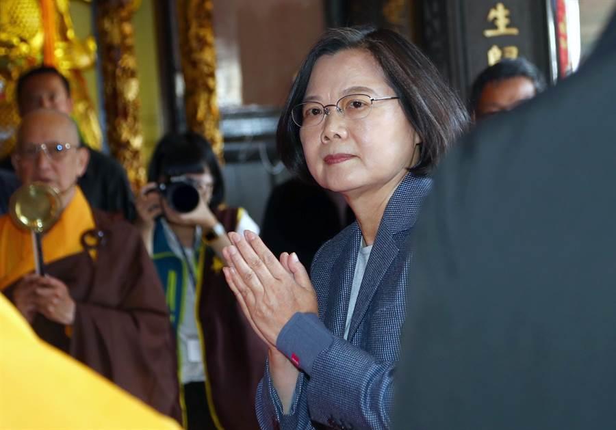 蔡英文總統出席並進入大殿上香祈福。(台北市攝影記者聯誼會提供)