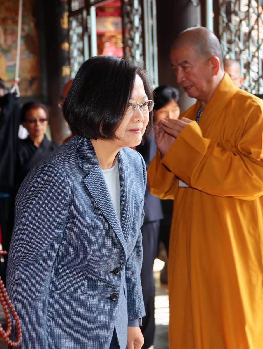 蔡英文總統(左)出席並進入大殿上香祈福。(台北市攝影記者聯誼會提供)