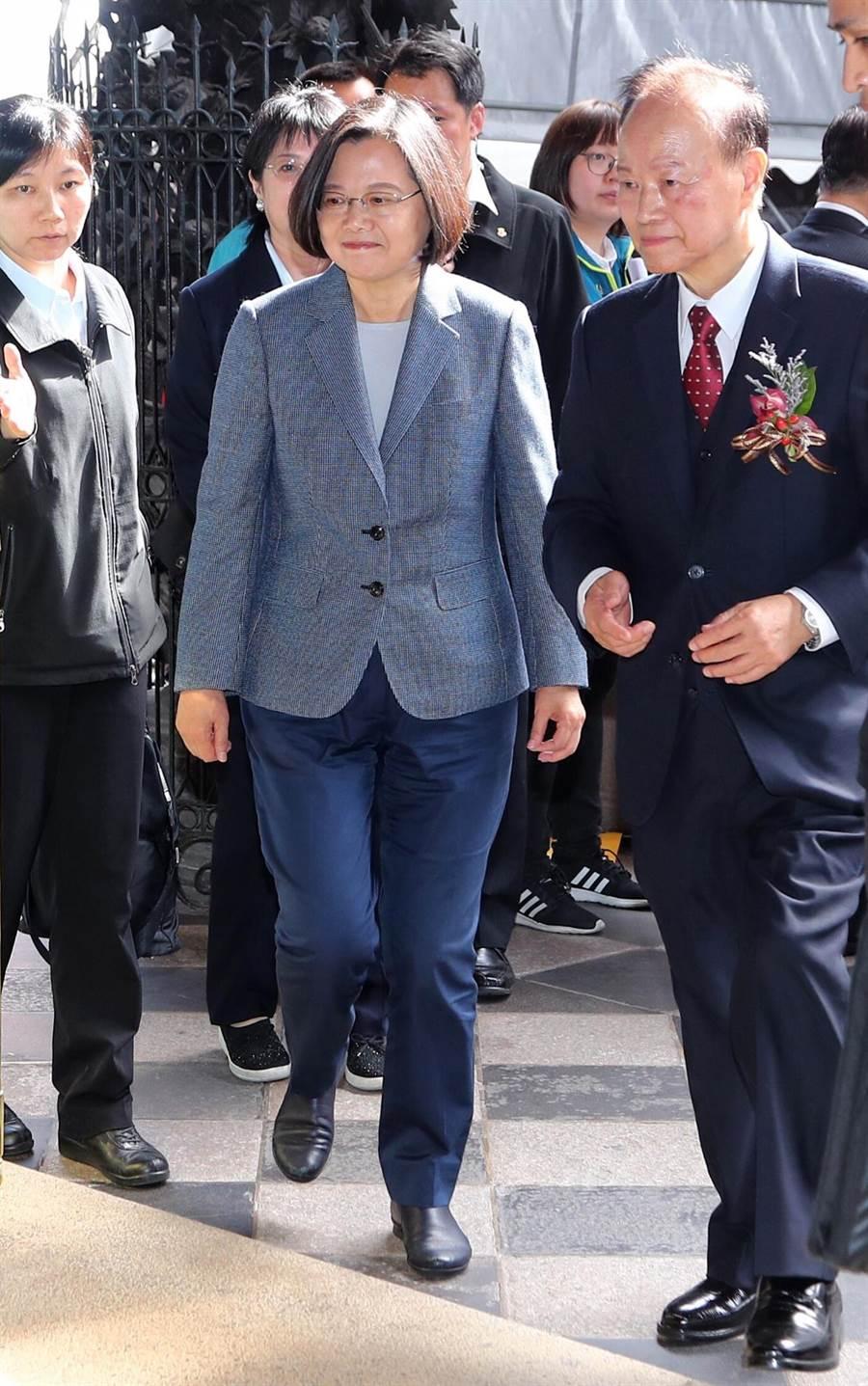蔡英文總統(中)出席並進入大殿上香祈福。(台北市攝影記者聯誼會提供)