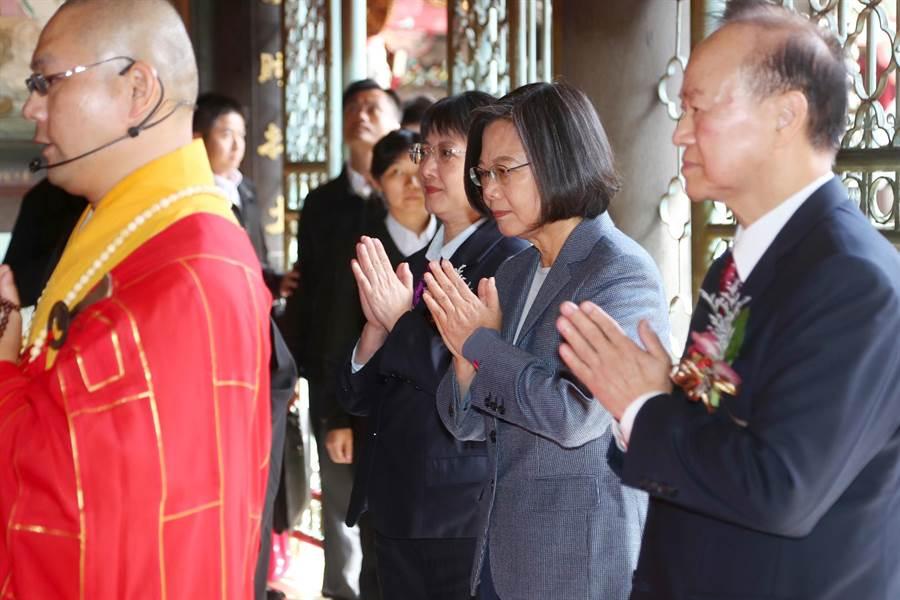 蔡英文總統(右二)出席並進入大殿上香祈福。(台北市攝影記者聯誼會提供)