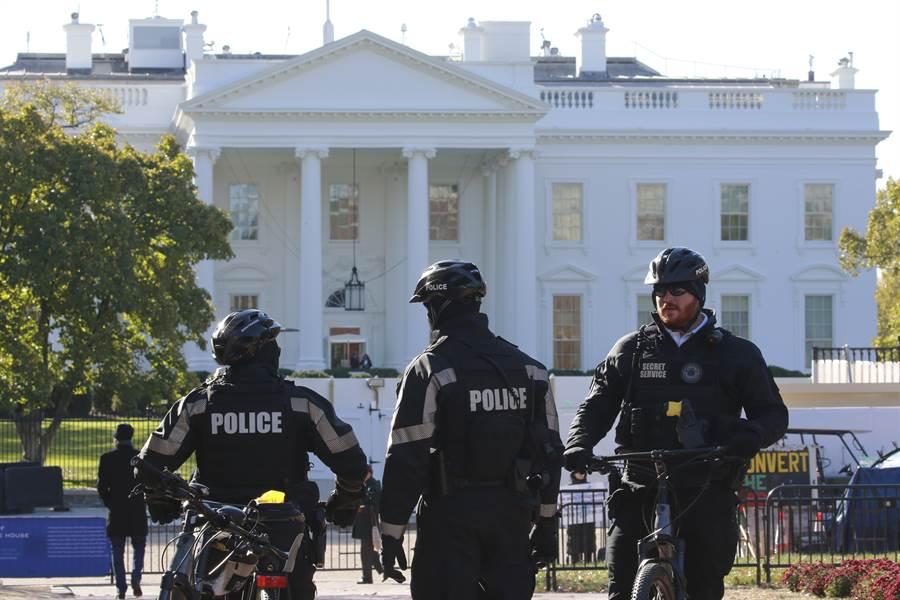 安全人員13日在白宮前巡邏的畫面。(美聯社)