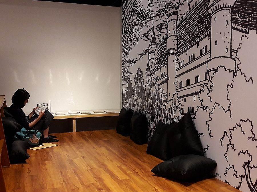 展場內設有舒適的休息區供民眾翻閱漫畫書。(圖取自文化部官網)