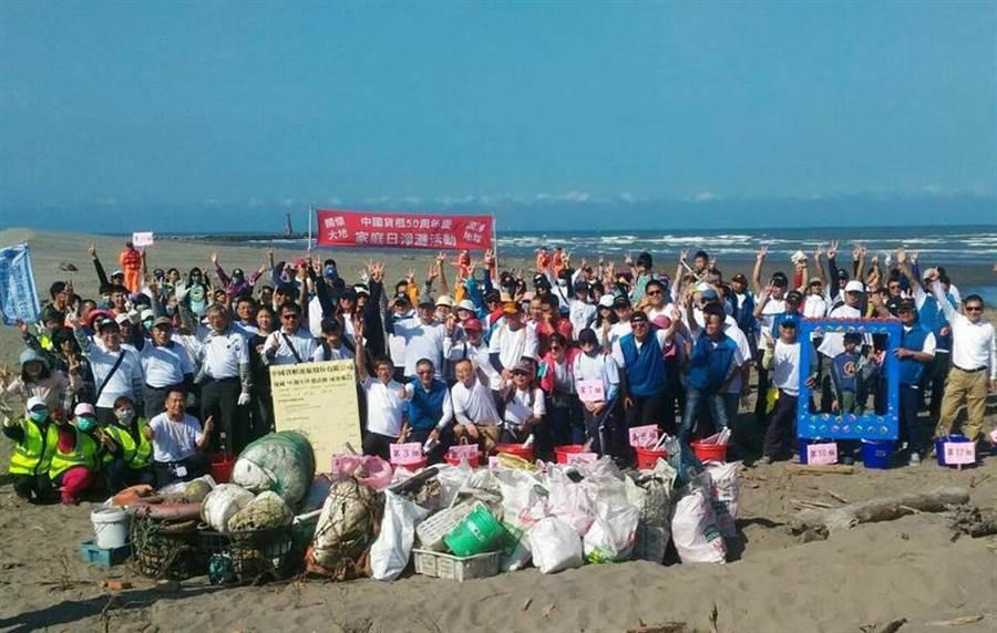 中國貨櫃高美濕地淨灘,兩百多人撿垃圾護海洋。圖:中櫃提供