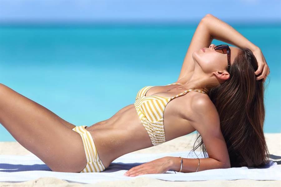 一名外國女子去年在台東沙灘作日光浴時,遭色狼伸鹹豬手雙乳與下體。(示意圖/達志影像)