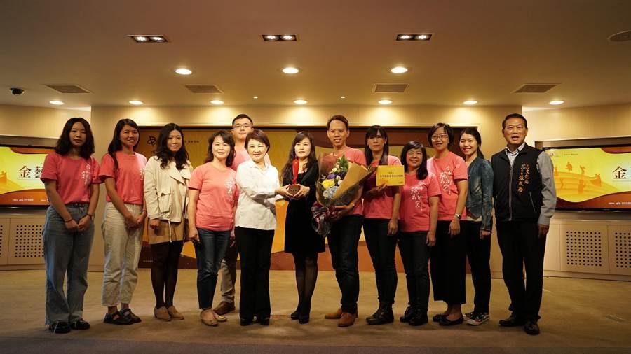 盧秀燕(左5)頒發台中市「金藝獎」獎座給得獎的「台中藝術家室內合唱團」。(台中市文化(陳淑芬攝)