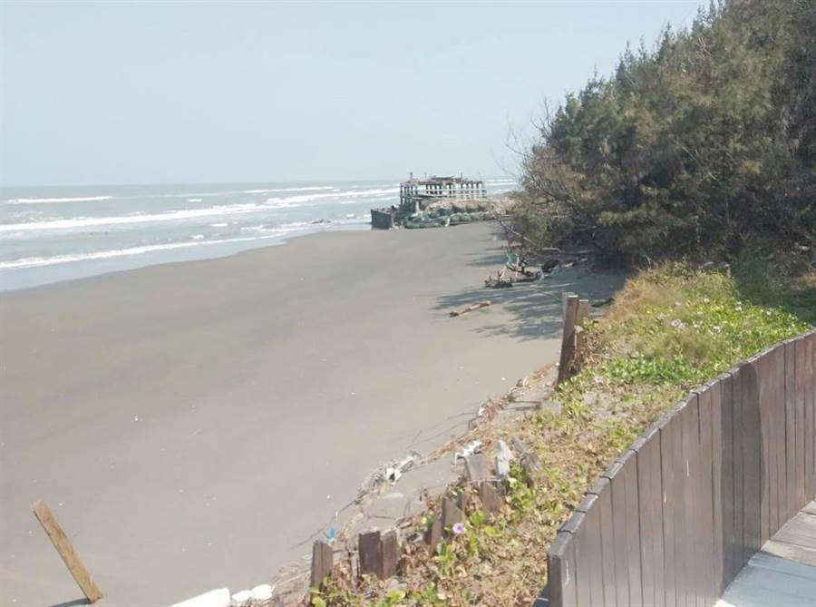 七股網仔寮汕西側沙洲面臨外海,受到風蝕海蝕,沙洲向內退縮的速度相當快,已經逼近今年初才整修完成的步道,部分也出現損壞情形。(讀者提供/莊曜聰台南傳真)