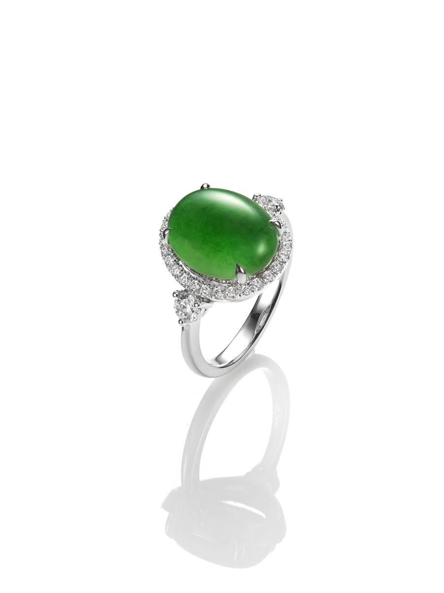 玉世家蛋面翡翠戒指,23萬8000元。(JADEGIA提供)