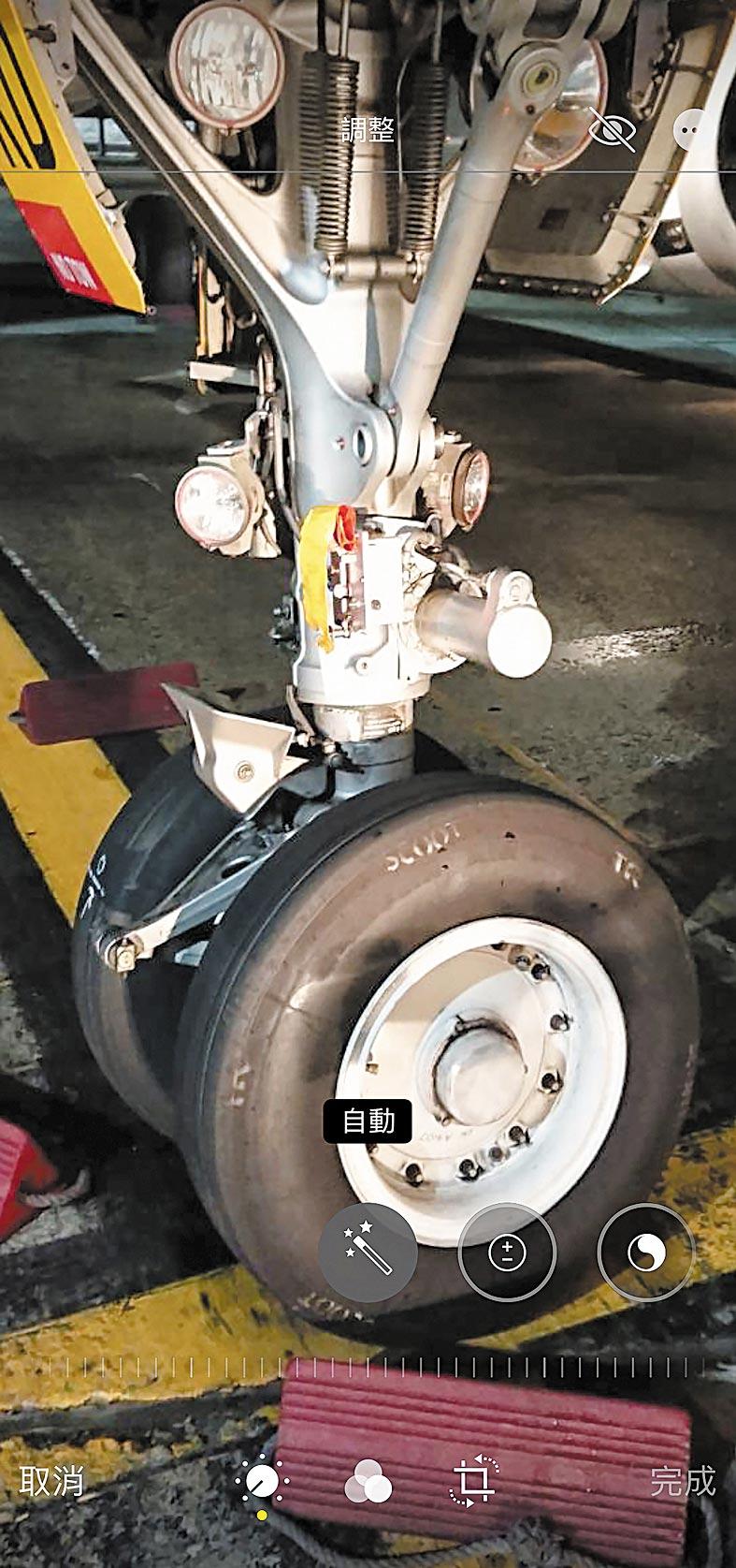 酷航一架從桃園機場飛往新加坡的班機,24日起飛前遭桃園國際機場地勤拖車撞傷飛機鼻輪,飛機經整修,在確定安全無虞後,26日恢復航行。(中央社)