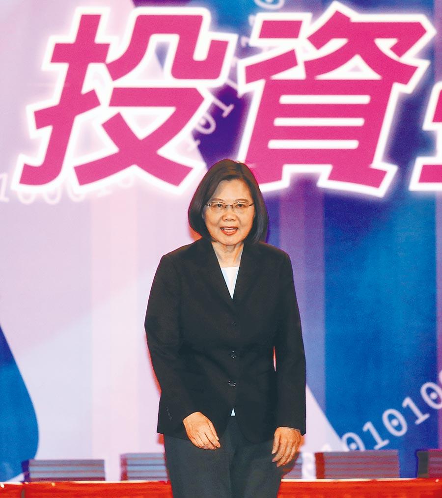 馬政府得到投資增加數字,但台灣人民得到什麼?」,這是2012年《自由時報》藉學者之口痛批前總統馬英九的台商鮭魚返鄉台商優惠政策。諷刺的是,只要把「馬政府」三個字改成「蔡政府」,幾乎可以原文不變搬來照用。看看蔡政府對台商回流大手筆提供5000億優惠融資,估計砸出百億利息補貼,除了福澤大企業外,人民又得到甚麼?(本報資料照片)