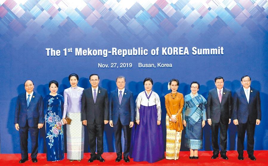 南韓加速推動「新南方政策」。總統文在寅昨天特別和湄公河流域東協國家領袖合影,今日將召開第一屆南韓湄公峰會。(路透)