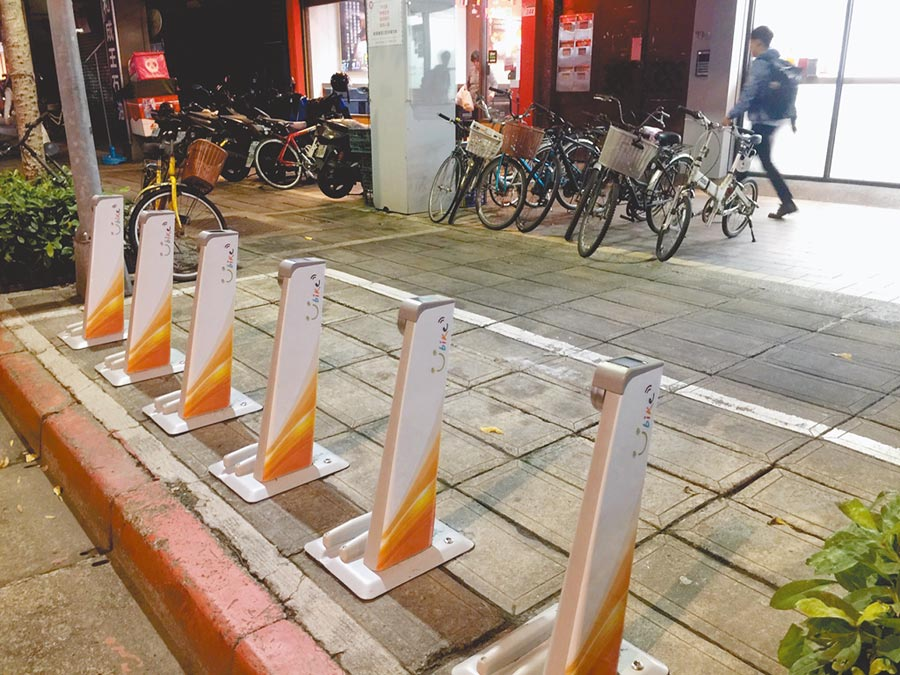 YouBike2.0目前在台大已設置55站位,但恐排擠其他停車空間,腳踏車更停上人行道惹民怨。(張立勳攝)
