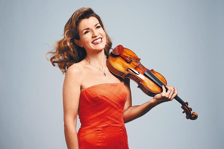 小提琴女神慕特鼓勵觀眾放下手機,專心和音樂家共享音樂會時刻。(牛耳藝術提供/李欣恬台北傳真)