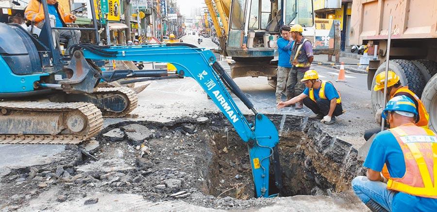 新北市近來老舊水管爆管事件頻傳,新北市長侯友宜要求台水公司加速汰換管線。圖為日前南雅南路水管爆裂搶修情形。(新北市水利局提供/葉德正新北傳真)