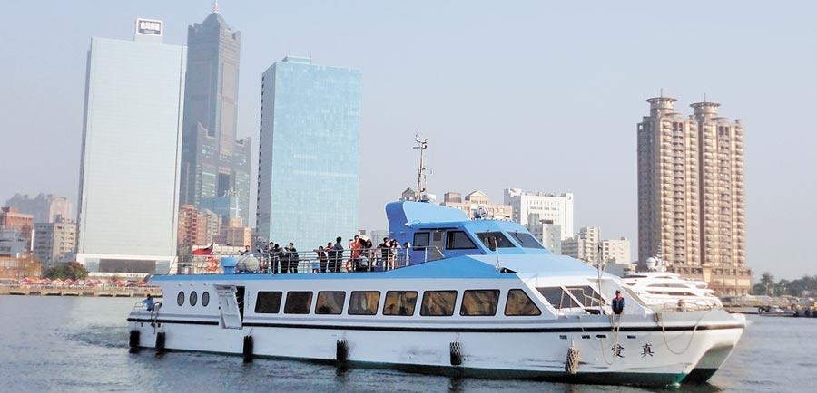 高雄市輪船公司所屬7艘渡輪及3艘遊港輪,全數通過交通部安全認證。(劉宥廷攝)