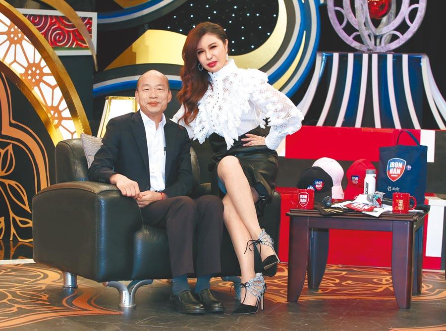 韓國瑜(左)日前上利菁主持的《麻辣天后傳》相談甚歡。(粘耿豪攝)